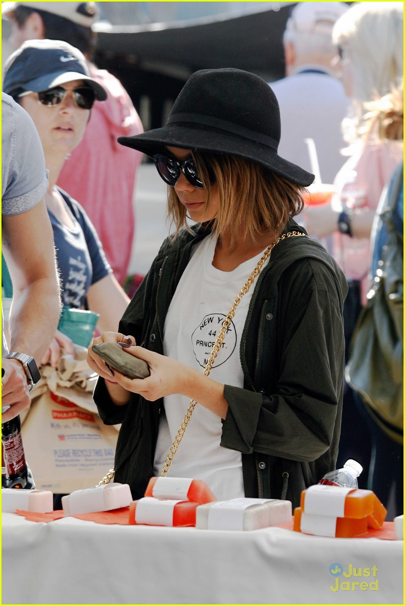sarah hyland dominic sherwood farmers market shadow puppets 11