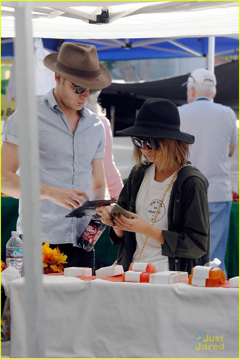sarah hyland dominic sherwood farmers market shadow puppets 17