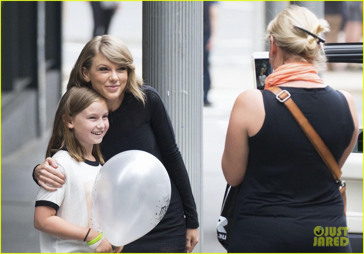 Taylor swift stops to pose with australian fan photo 899701 taylor swift greets fan sydney 05 kristyandbryce Gallery