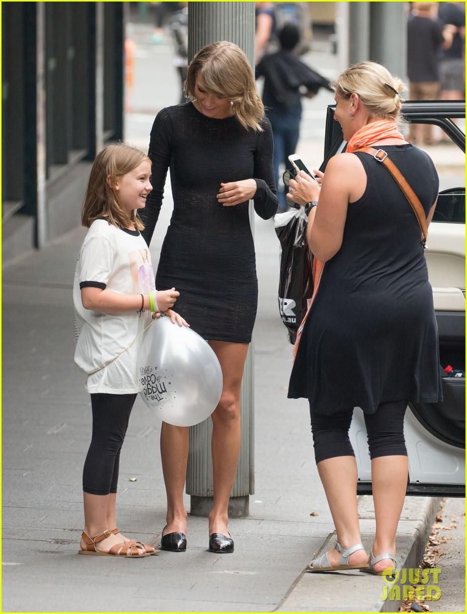 Taylor swift stops to pose with australian fan photo 899703 taylor swift greets fan sydney 07 kristyandbryce Gallery