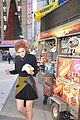 bella thorne eats hot dog nyc 09