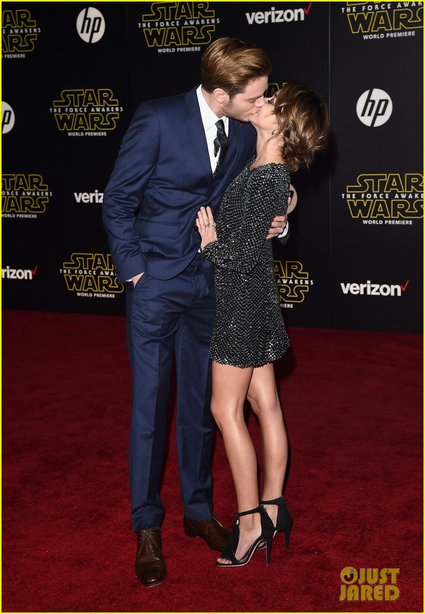 sarah hyland dominic sherwood shadowhunters star wars premiere 17