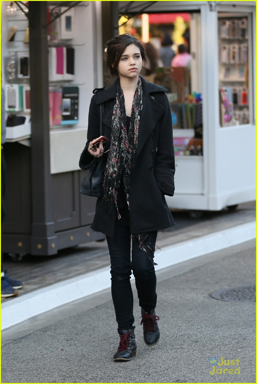 India Eisley Goes Holiday Shopping With Mom Olivia Hussey ...