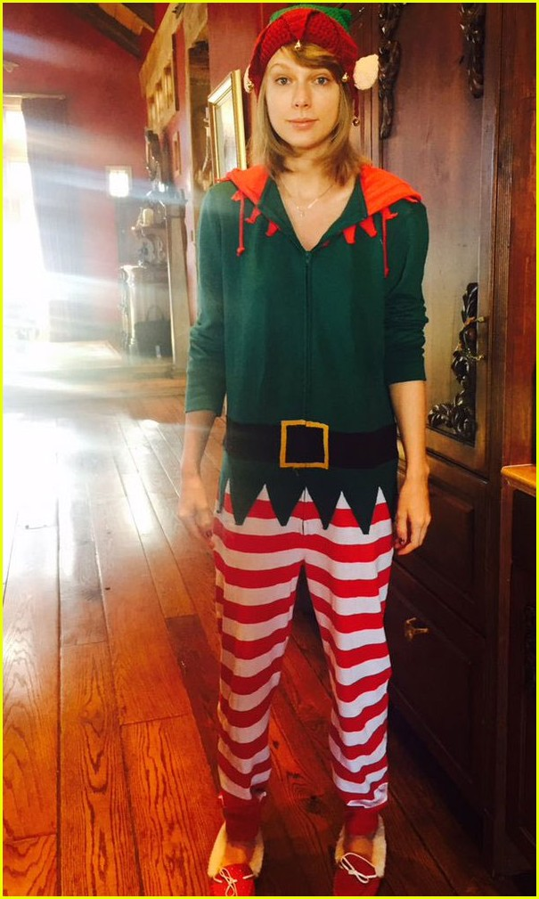 taylor swift dresses as an elf in cute christmas photo 02
