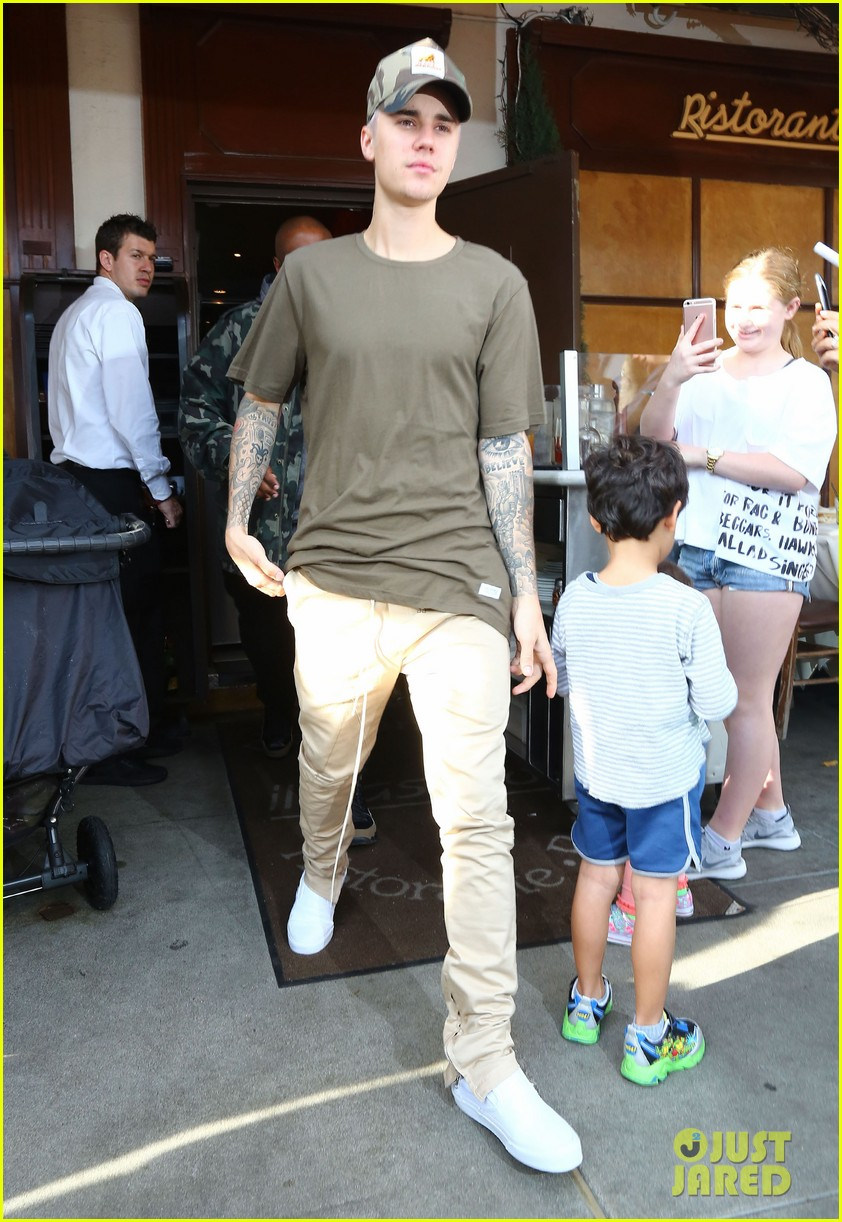 justin beiber is swarmed by fans in la 17