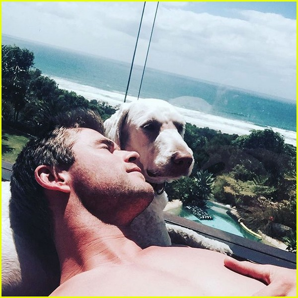 chris hemsworth has a brothers night out with liam luke 04