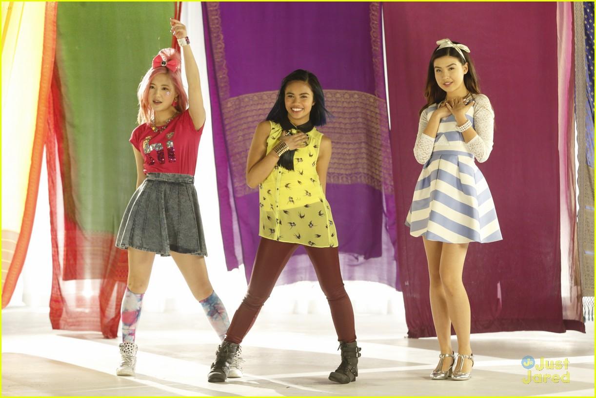 'Make It Pop' Cast Performs 'Rock The Show', 'Misfits ...
