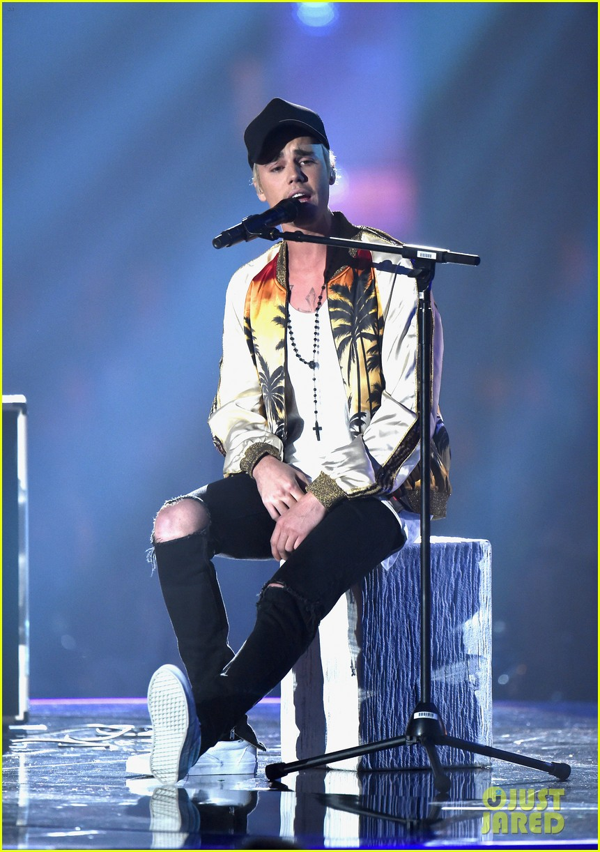 justin bieber brit awards 2016 performance 14