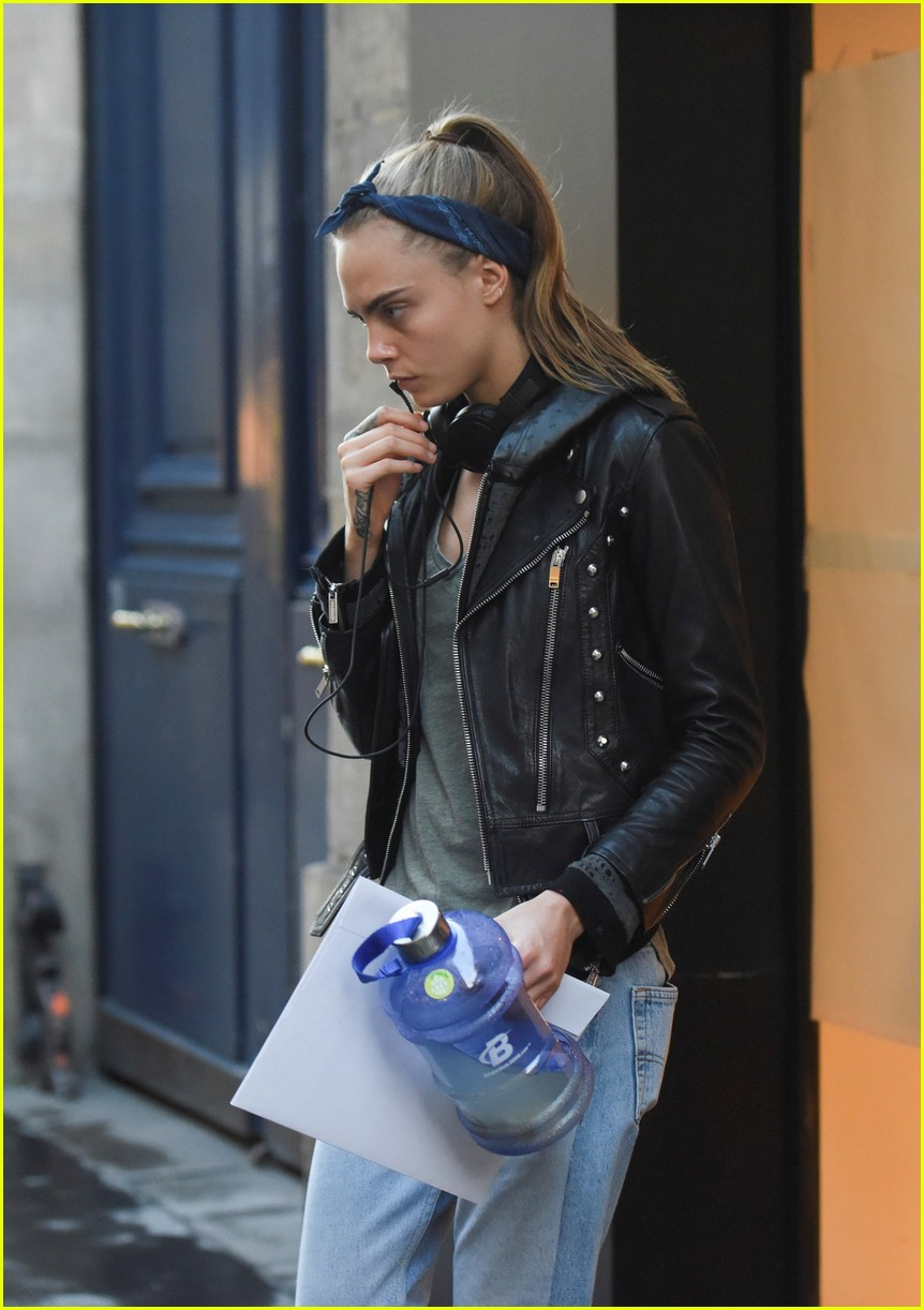 cara delevingne st vincent have romantic paris dinner 04