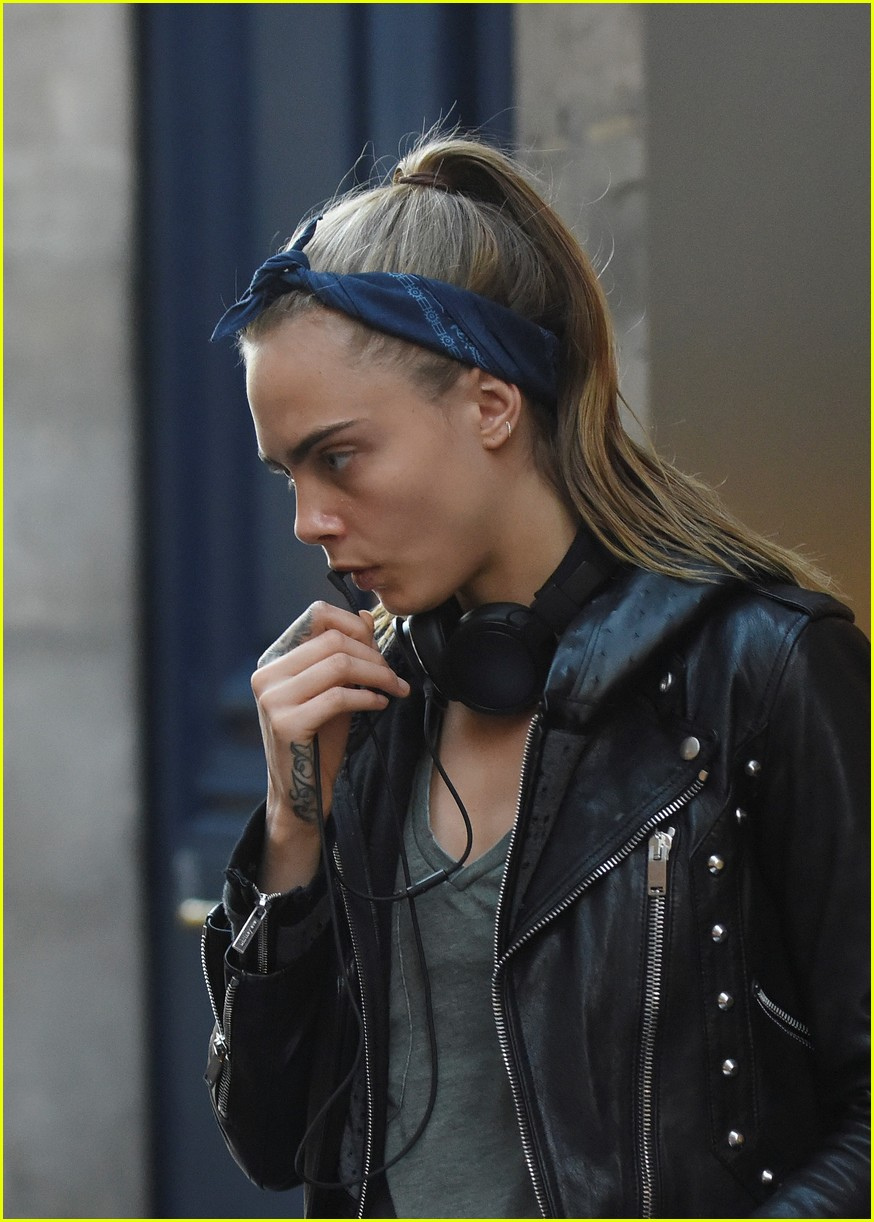 cara delevingne st vincent have romantic paris dinner 18