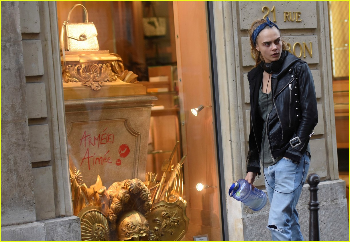 cara delevingne st vincent have romantic paris dinner 25