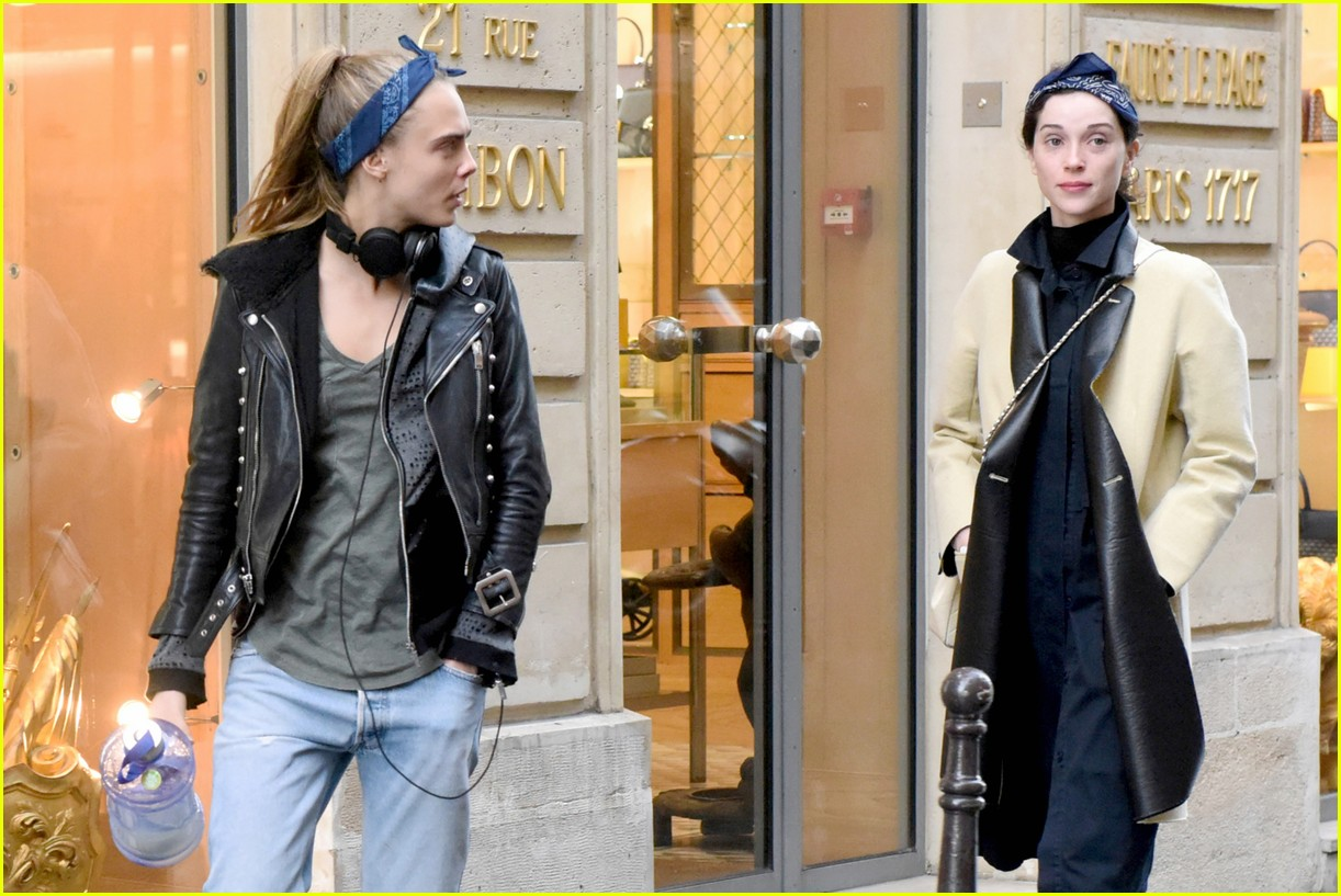 cara delevingne st vincent have romantic paris dinner 56