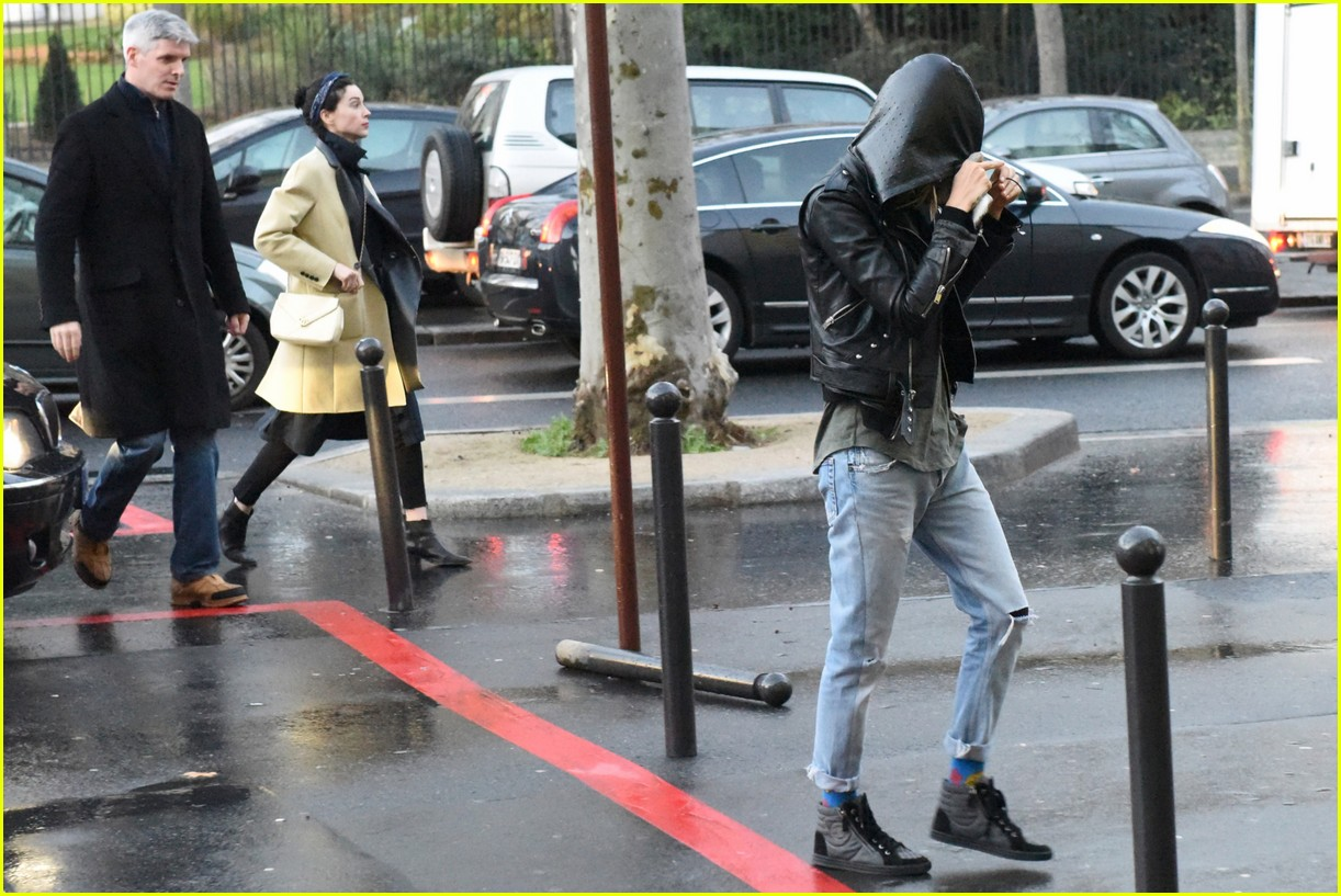cara delevingne st vincent have romantic paris dinner 63