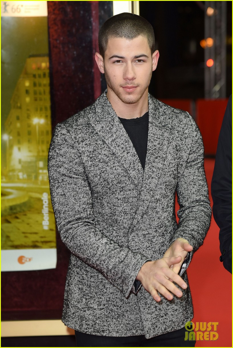 nick jonas thanks his bros for helping him 01