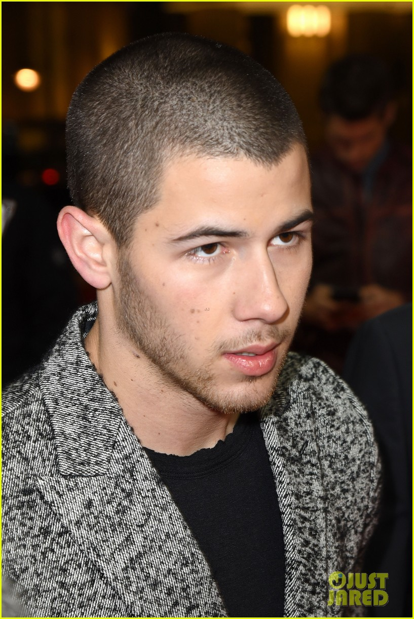 nick jonas thanks his bros for helping him 04