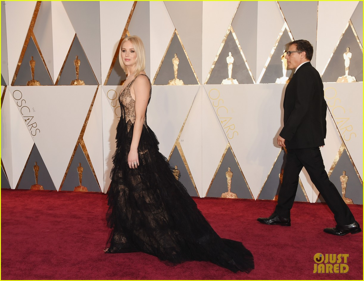jennifer lawrence oscars 2016 red carpet 01