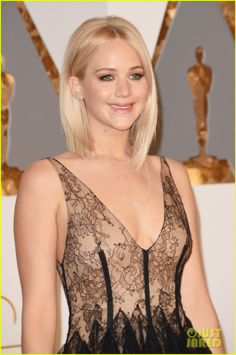 jennifer lawrence oscars 2016 red carpet 02