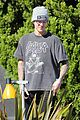 justin bieber plays a morning game of mini golf 02