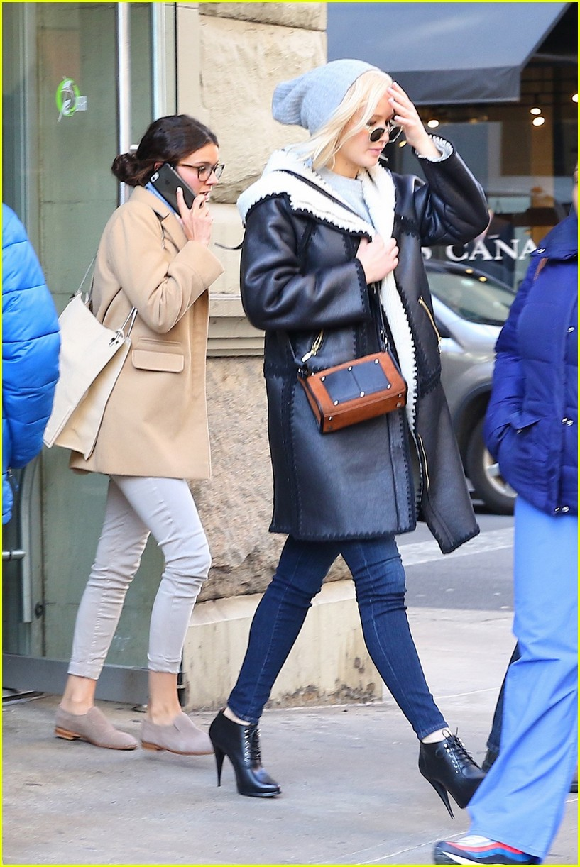 Jennifer Lawrence Looks Lovely in Leather Jacket   Photo