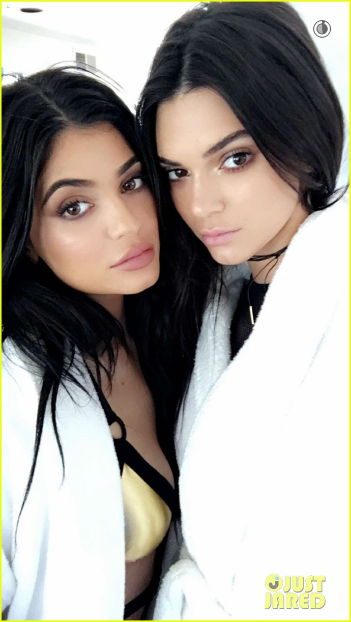 Poses Bikinis Kendall Kylie Topshop With Jenner In Sister Her UjGSqzMLVp