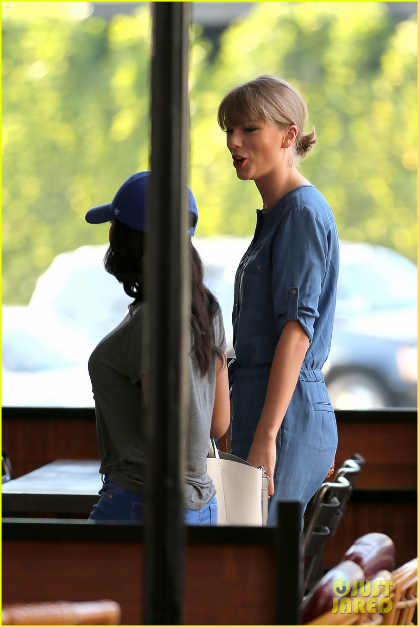 taylor swift demin outfit out with friend 05