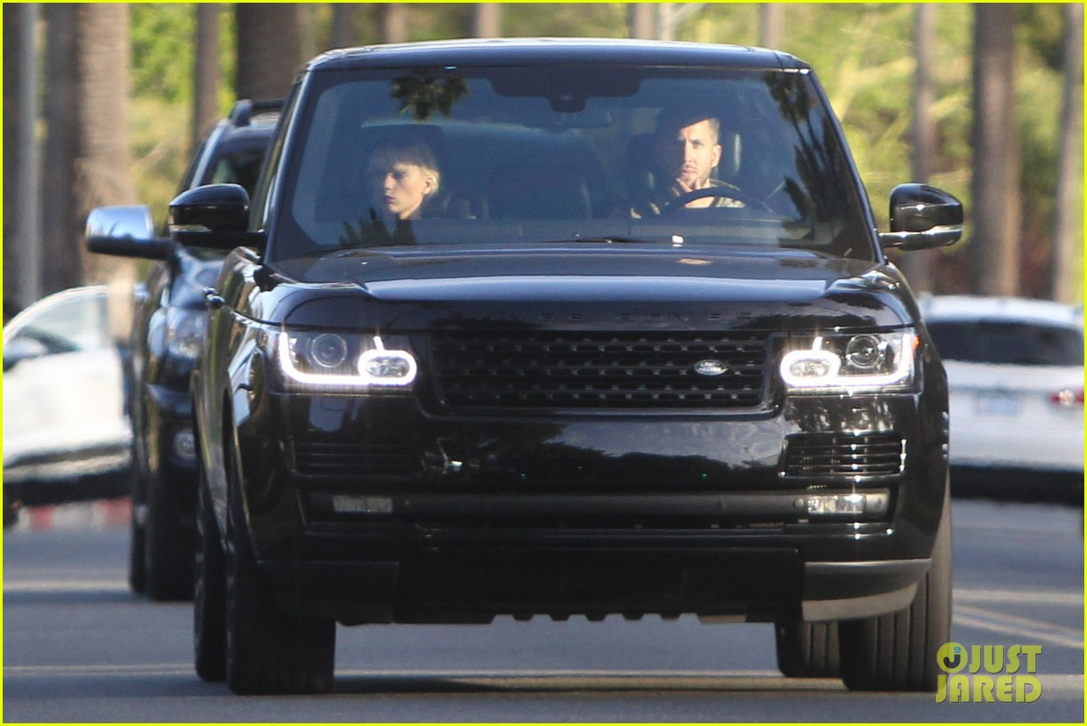 Taylor Swift Takes Car For Spin With Calvin Harris Photo 965732 Calvin Harris Taylor Swift Pictures Just Jared Jr