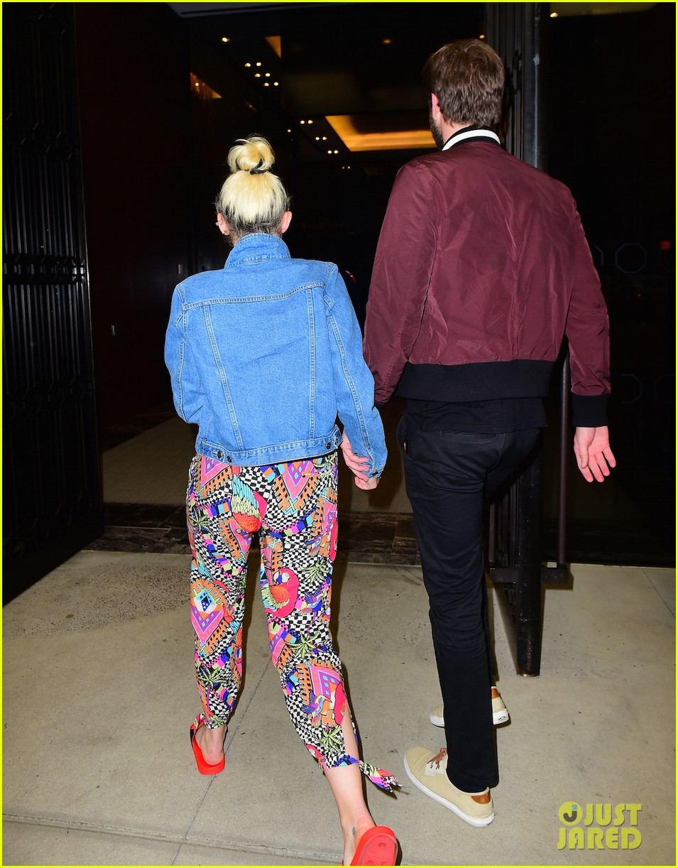 miley cyrus liam hold hands night out 03