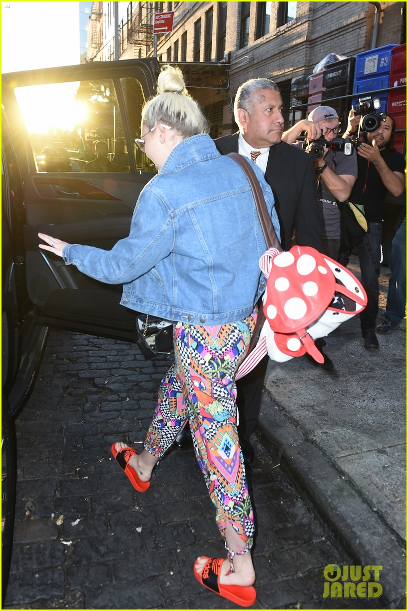 miley cyrus liam hold hands night out 22