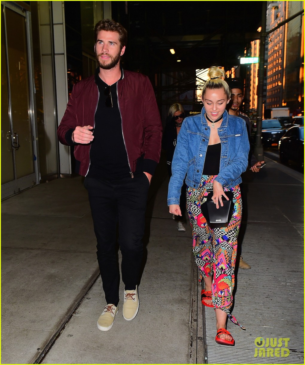 miley cyrus liam hold hands night out 28