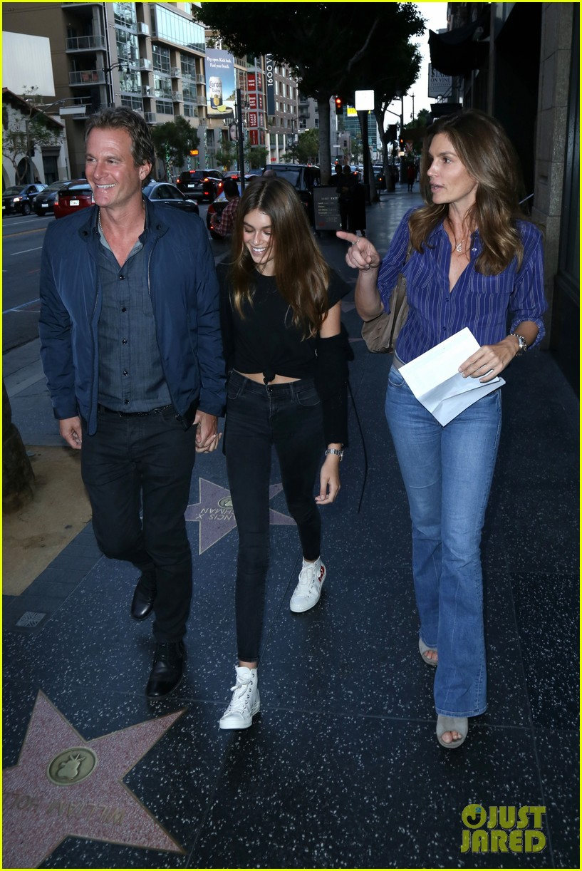kaia gerber mom cindy crawford are basically twins in new pic 14