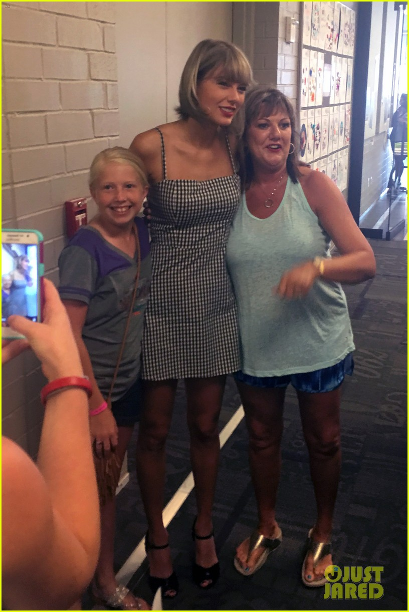 Taylor swift debuts new hair color at nashville meet greet taylor swift ditches bleached blonde hair meets fans in nashville 07 m4hsunfo