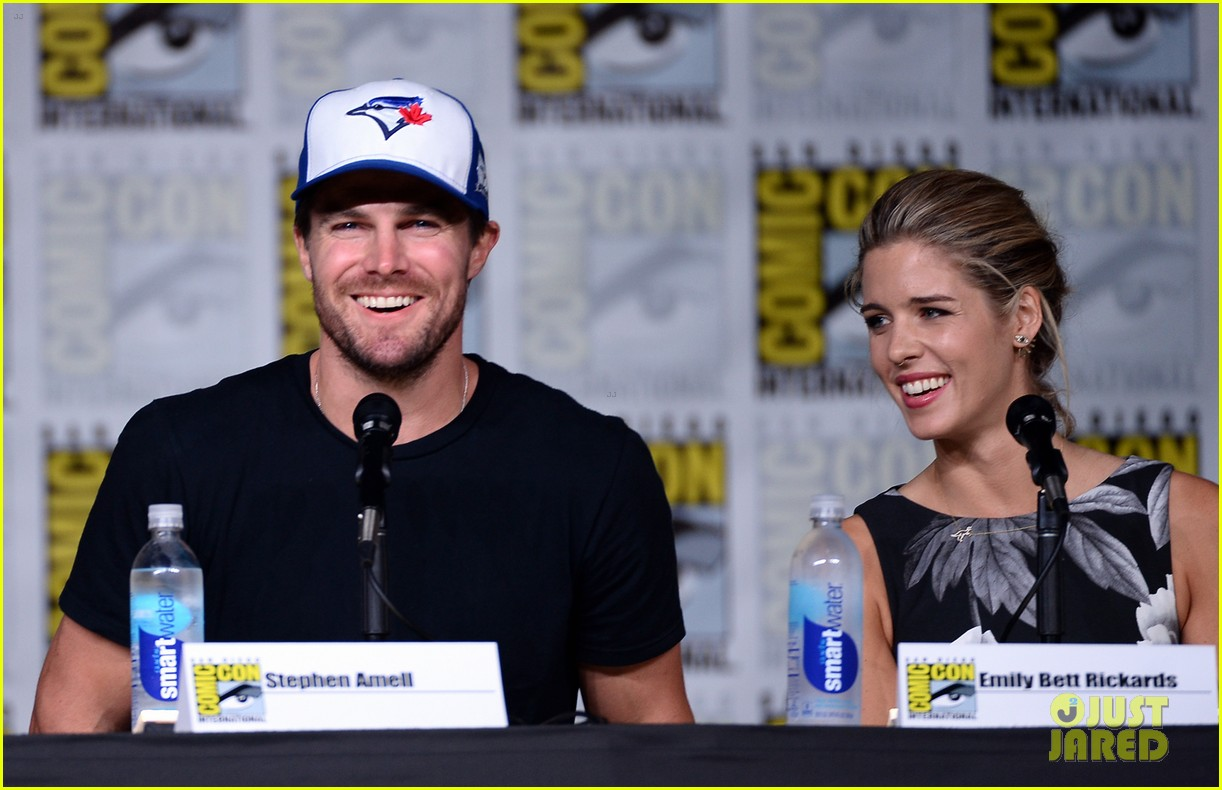 Stephen Amell Emily Bett Rickards Reveal Arrow Season 5 First