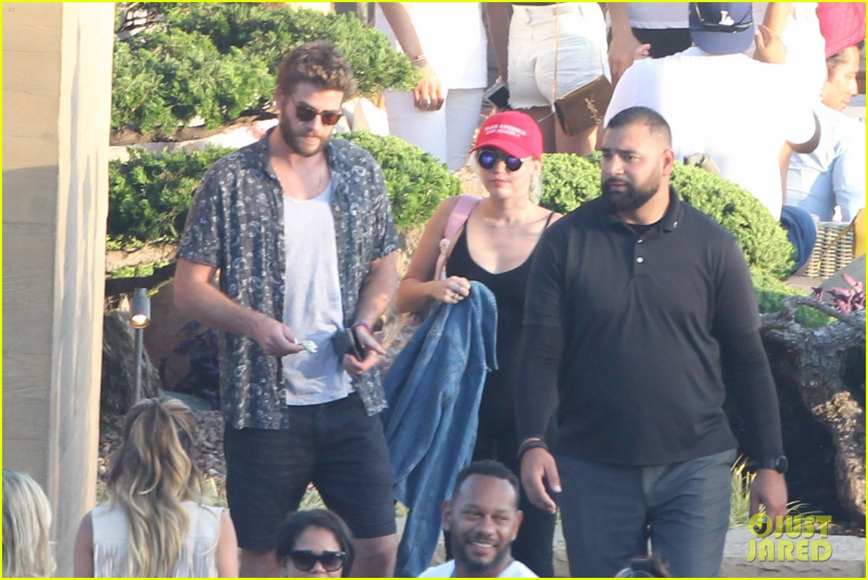 miley cyrus liam hemsworth leave nobu sunday 29