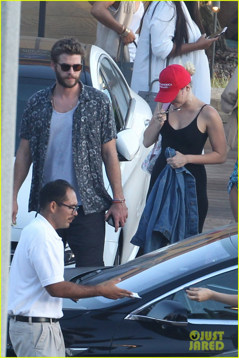 miley cyrus liam hemsworth leave nobu sunday 49