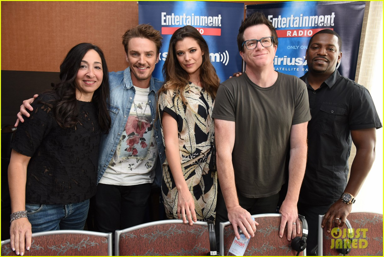 peyton list riley smith frequency 2016 comic con 05