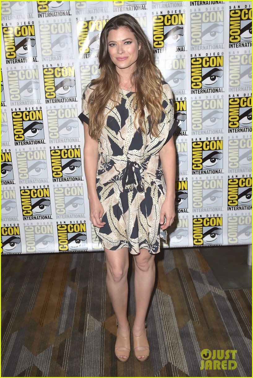 peyton list riley smith frequency 2016 comic con 16
