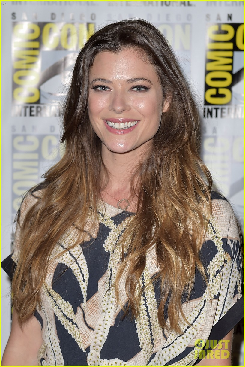 peyton list riley smith frequency 2016 comic con 21