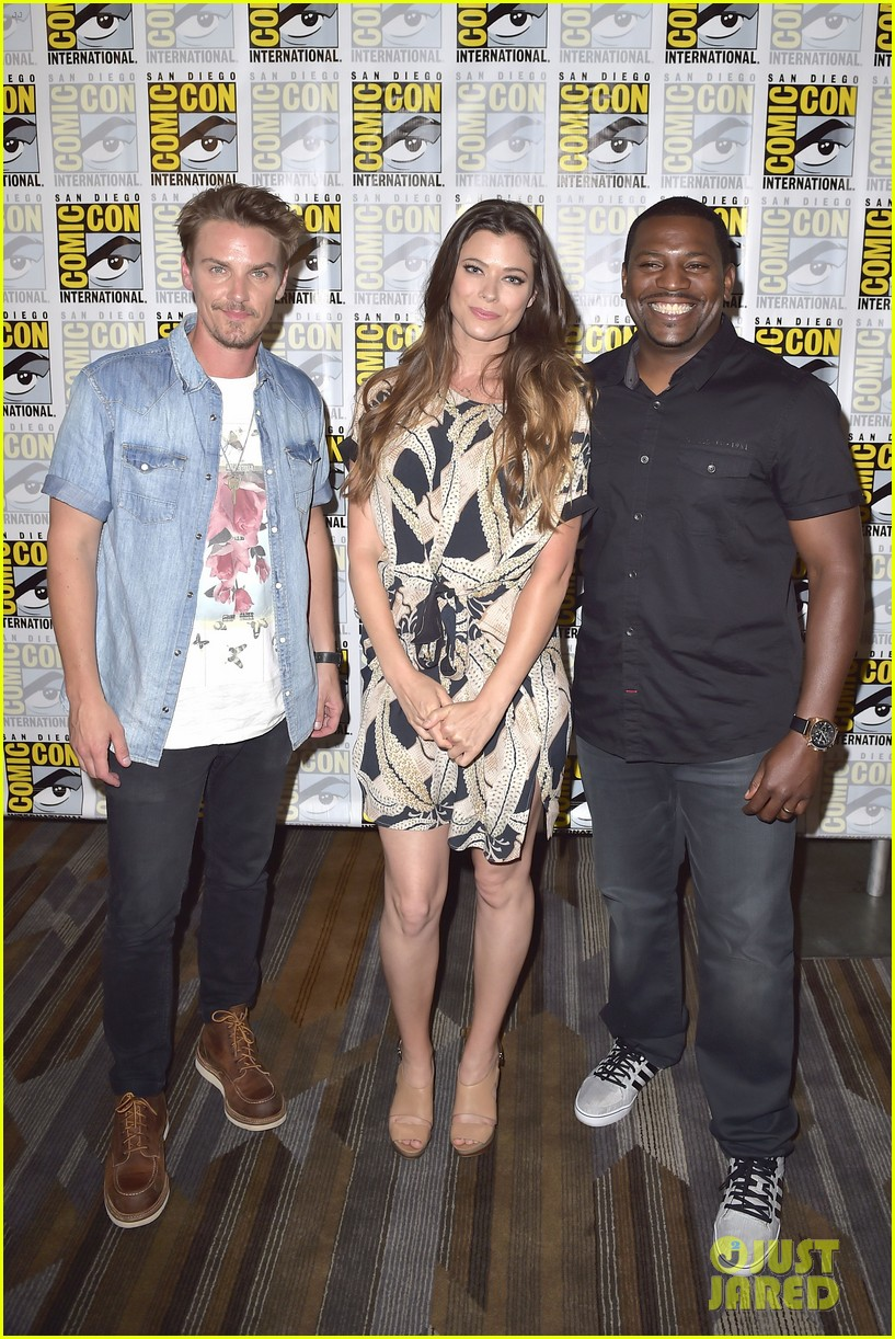 peyton list riley smith frequency 2016 comic con 22