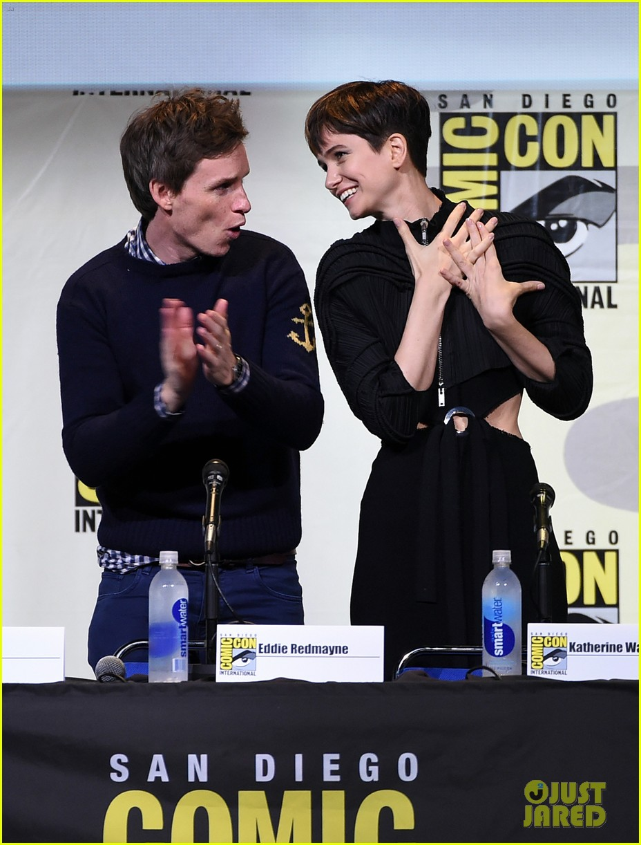 eddie redmayne hands out free wants at comic con 2016 05