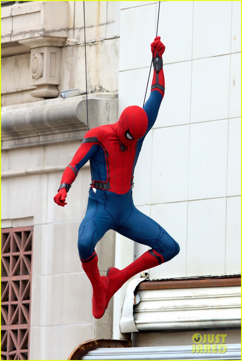 spider man swings into action on set 08
