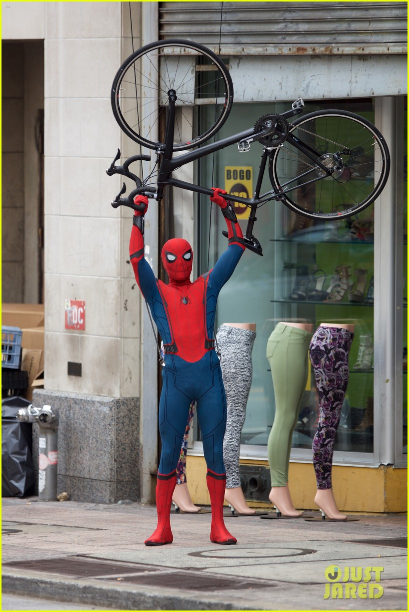 spider man swings into action on set 22