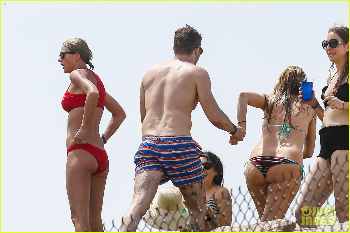 Taylor Swift Flaunts More Pda With Tom Hiddleston At The Beach Photo 991641 Abigail Anderson Austin Swift Bikini Blake Lively Cara Delevingne Este Haim Fourth Of July Gigi Hadid Halston Sage