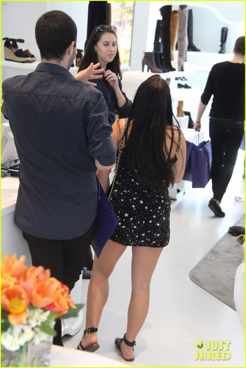 ariel winter tries shoes on stuart weitzman 15