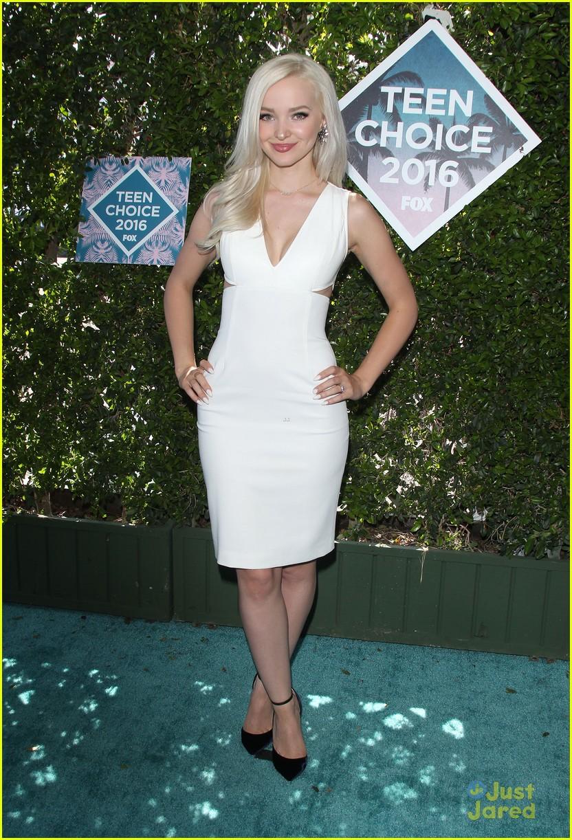 Dove Cameron Has Bombshell Moment at Teen Choice Awards