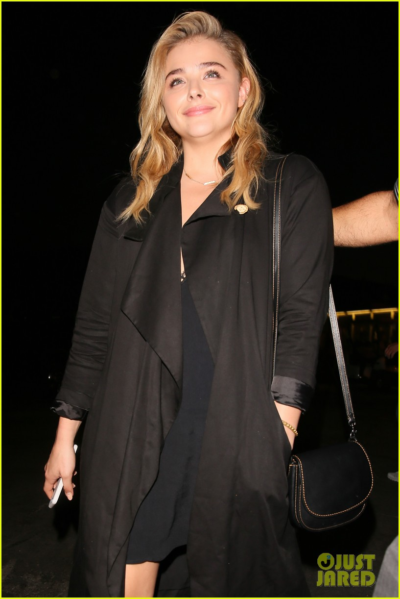 chloe moretz suki waterhouse coldplay concert 06