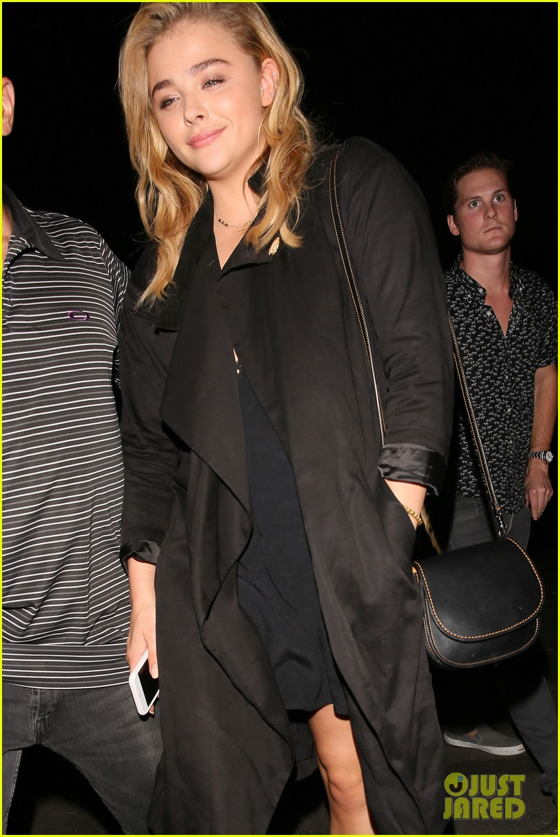 chloe moretz suki waterhouse coldplay concert 11