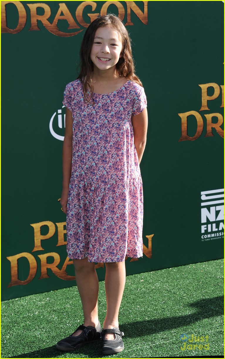 oakes fegley oona laurence petes dragon premiere 04