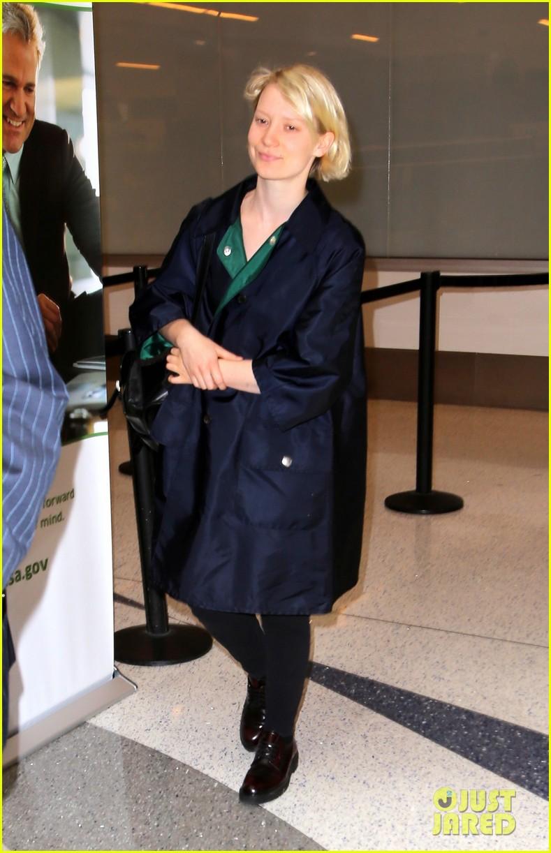 mia wasikowska joins robert pattinson as she arrives at lax airport 01