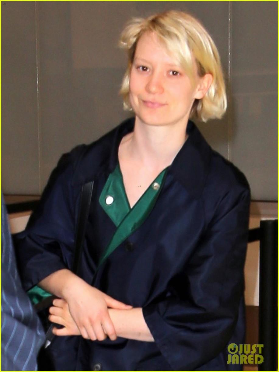 mia wasikowska joins robert pattinson as she arrives at lax airport 03