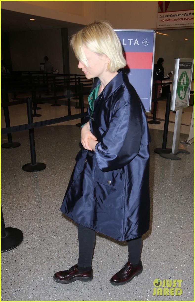 mia wasikowska joins robert pattinson as she arrives at lax airport 04